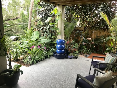 Tropical Garden Studio Cottage (2 miles to beach)