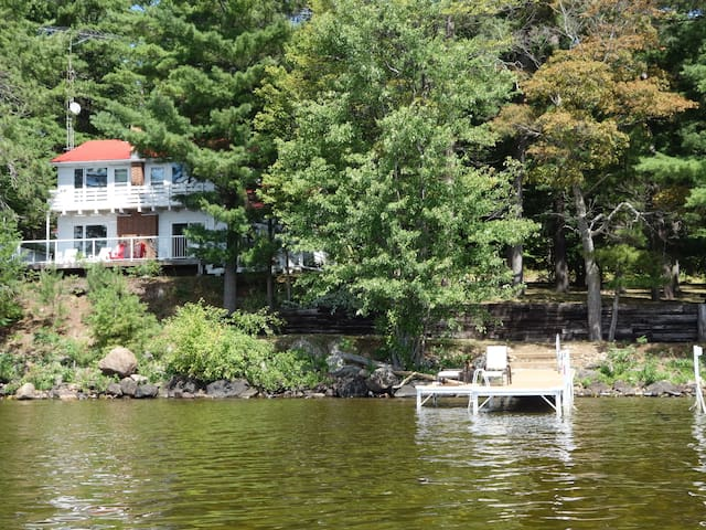 Beautiful Lakefront cottage - Golden Lake