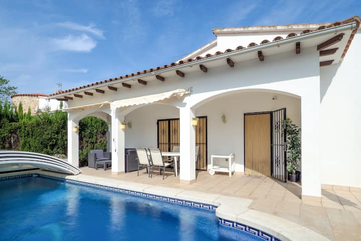 Villa with 3 bedrooms in Castelló d'Empúries, with wonderful mountain view, private pool, enclosed garden - 2 km from the beach