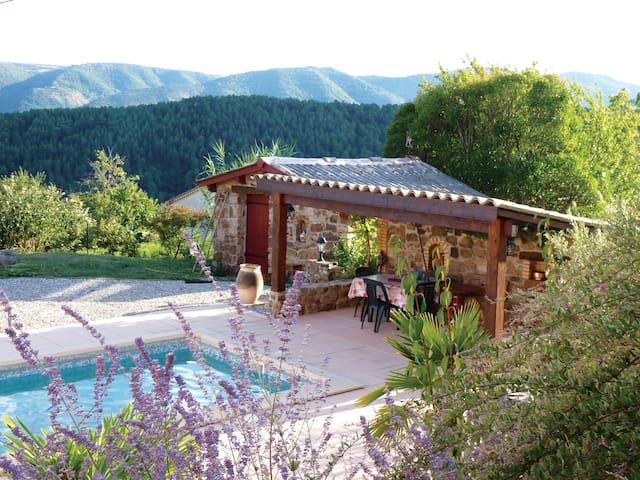 Chambre privée en rez-de-piscine vue dominante - Creysseilles