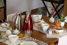 Le petit-déjeuner servi dans la salle à manger