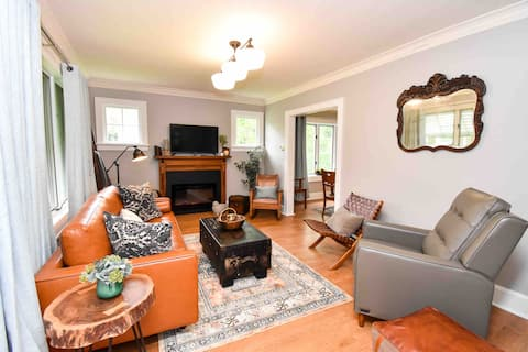 Bluebird Beauty in the Heights-Cozy 3 Bed Bungalow