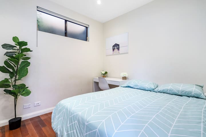 Private furnished room 25 min walk to Coogee.