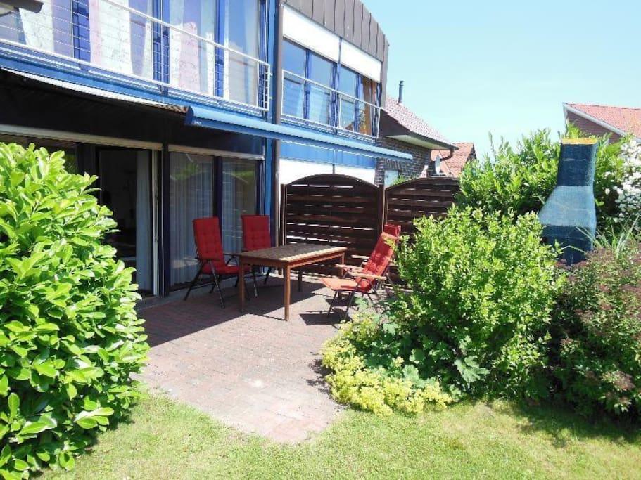 Außenbereich Terrasse mit gemütlicher Sitzecke und Grillkamin