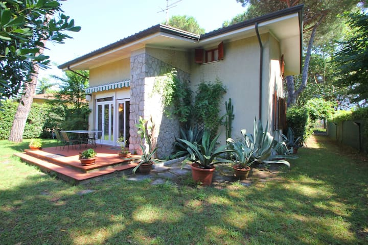 Front Side Holiday House  in Marina di Massa
