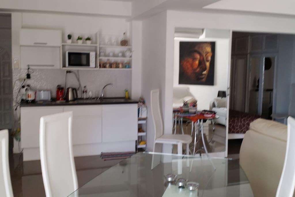 cuisine équipée avec salle à manger avec vue mer