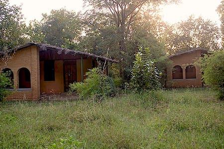 Kamp Kamouflage Kanha Jungle Home - Kanha - Lerhydda