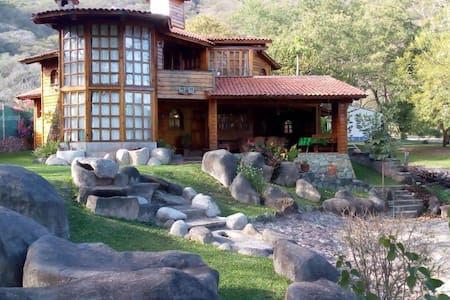 Espectacular cabaña frente a la laguna