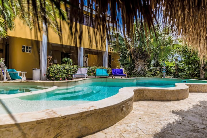 Tropical Double Bed Family Apartment  🦩🍹🌴