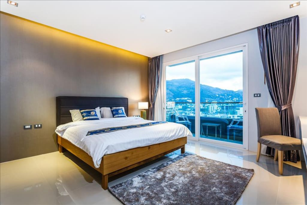 King size bed with awesome view