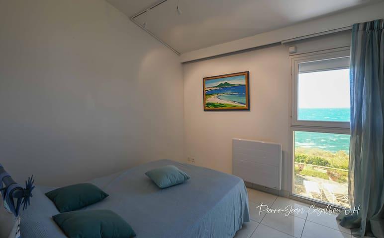 Chambre climatisée côté mer, 1 lit en 140, placard