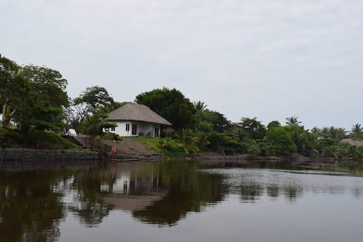 Relax, en bungalow en Hotel Maya Jade vista al río