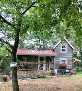 Cedar Twig Cabin:SECLUDED, luxurious, cozy & QUIET