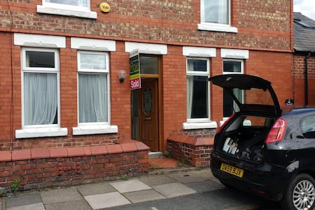 Double bed in a cosy room - Birkenhead - Casa