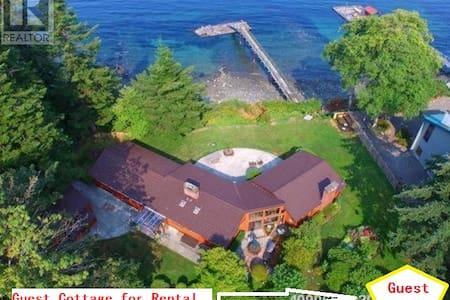 An oceanfront guest cottage with private dock. - Campbell River - バンガロー