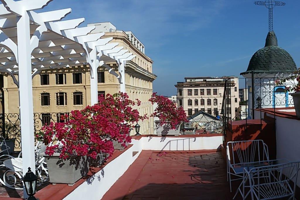 Terraza superior.Nuestro apartamento se encuentra en lo que fue la Iglesia San Felipe Neri, hoy Sala de Concierto..puede apreciar la Cupula..unica de madera en La Habana...Un privilegio.
