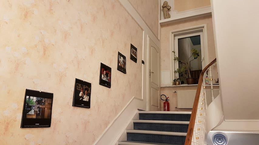 Aufgang zum Badezimmer (weiße Tür auf Halbetage)