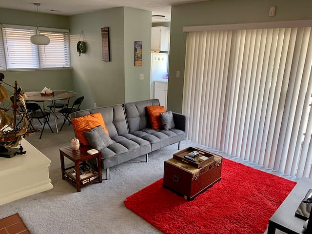 Beautiful 2BR with POOL+Free Parking. Min 30days