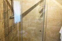 Habitación 04, baño vista de la ducha