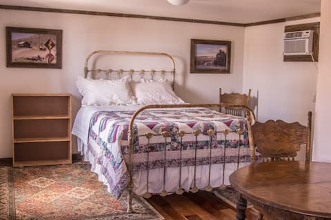 Rosie's Room -Rustic & Cozy in Goldfield, NV!