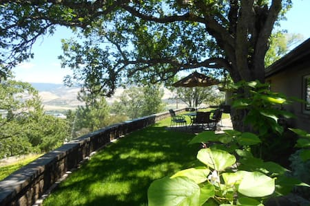 Ashland French Country Villa w/exceptional views - แอชแลนด์ - วิลล่า