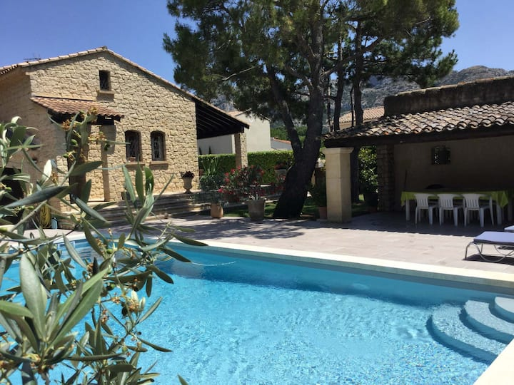 Pretty family house with pool in Taillades, close to Cavaillon, sleeps 6.