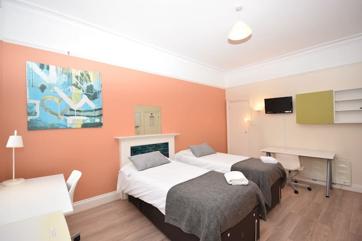 Large twin Bedroom in charming Kensington