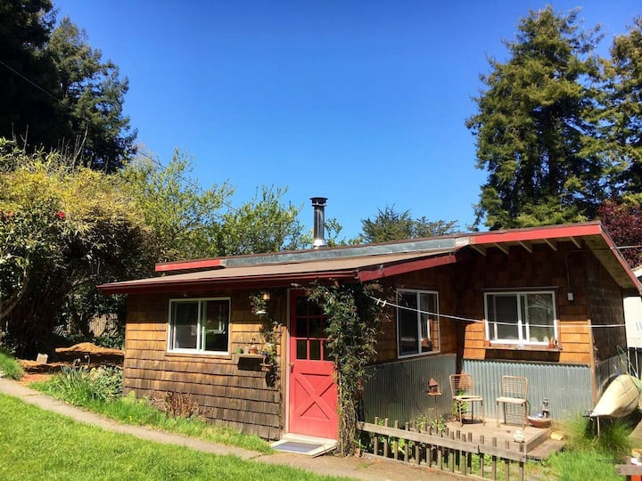 The Bird House - Cozy Cottage in Rural Eureka