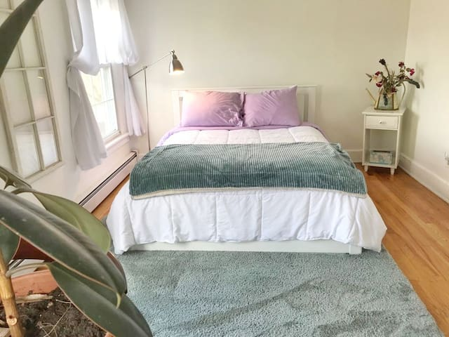 Very comfortable, plush Queen bed in the Poets Room with a full bathroom in hall. Bright and sunny, windows facing north and east.