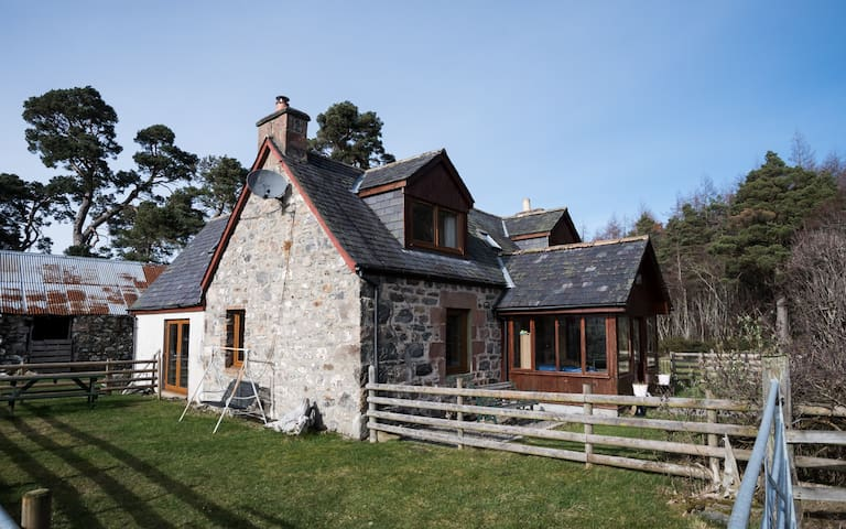 Crofters cottage near NC500, Loch Ness & Inverness