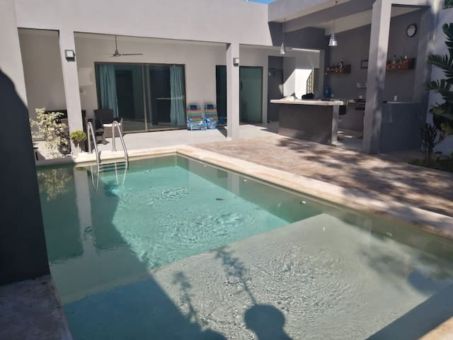 CASA DINA, amplia y céntrica casa con piscina.