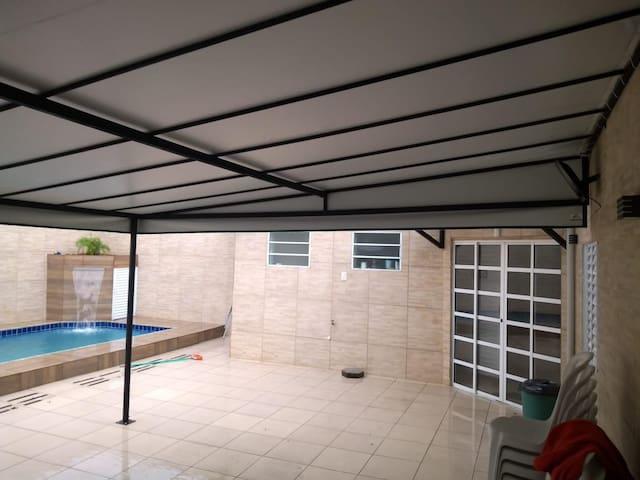 casa com piscina, salão de festas,churras e 2 qtos