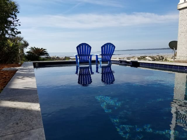 Ocean Front Pool! 4BR house near village sleeps 10
