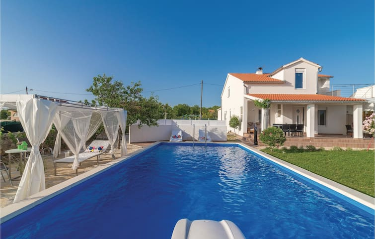 Holiday cottage with 3 bedrooms on 75m² in Krkovic