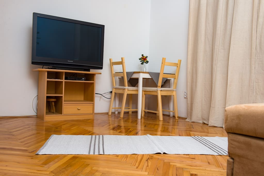 TV LCD  with dining table