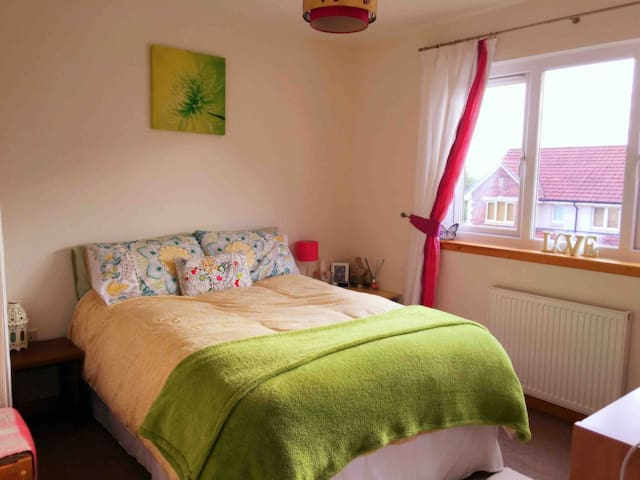 Bright, modern, quiet double room in family home