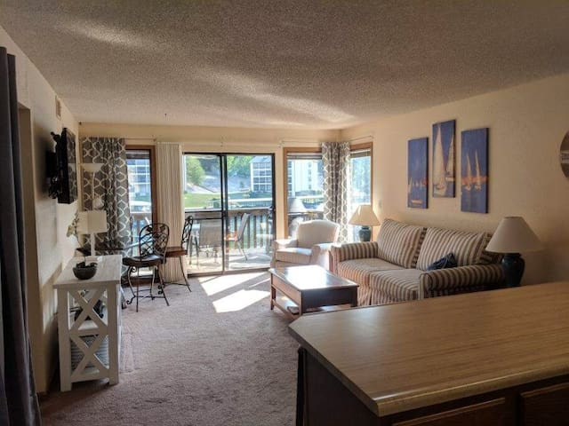 Pool, hot tub. Near outlet mall. Holiday avail.
