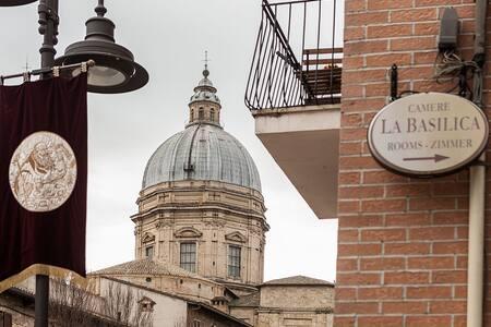 Camere matrimoniali a due passi dalla Basilica :)