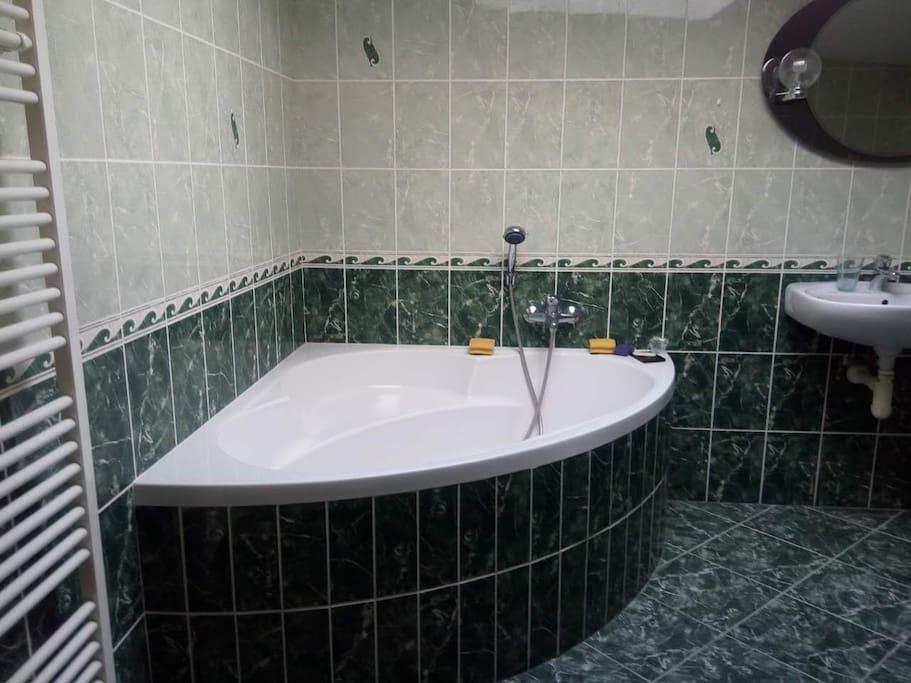 洁净豪华的浴室