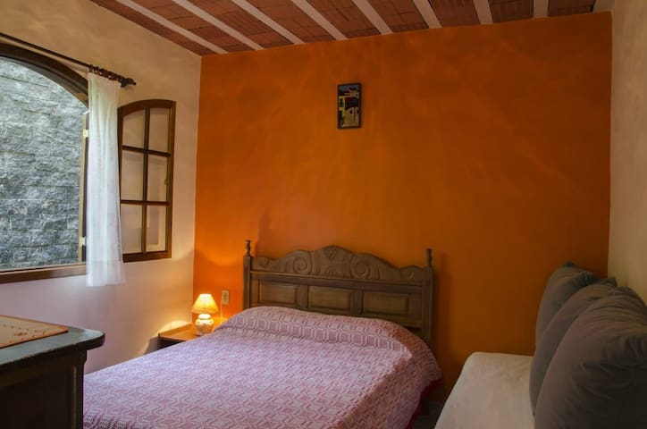 Quarto 2 , esse quarto contém  1 cama de casal e uma cama de solteiro.