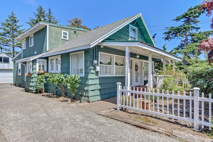 Charming Home and Large Garden Right On Siletz Bay
