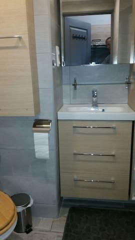 meuble salle de bain avec lavabo et meuble sus lavabo