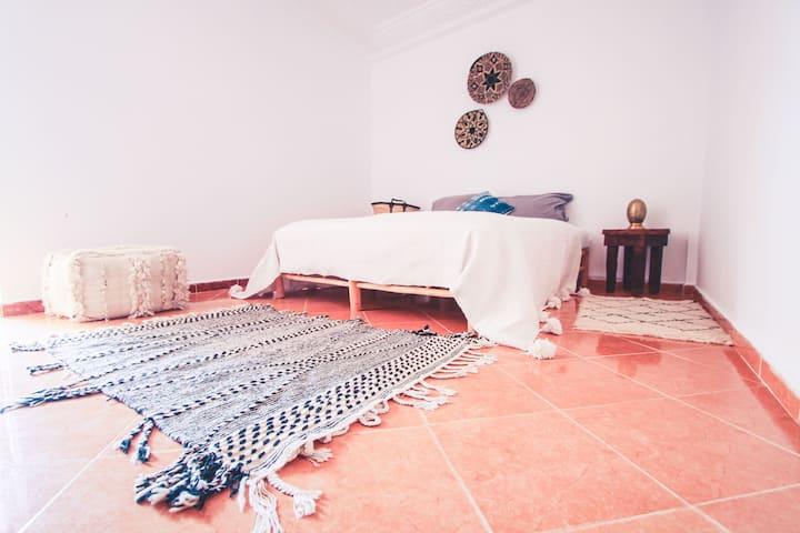 Doppelzimmer mit privatem Bad, Balkon & Wifi