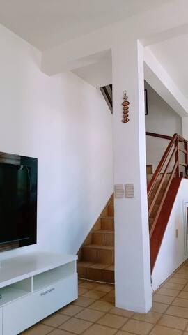 Sala de estar: TV com todos os canais disponíveis, local arejado e calmo.