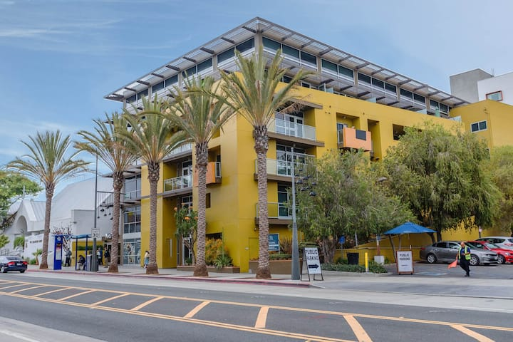 Professionally Furnished Loft - Large 1-Bed  + 1.5 bath - Prime Location - Downtown Santa Monica. 512