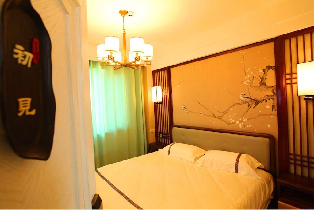 """5号房,名""""初见"""",大床房,中式风格。闲适雅致。"""