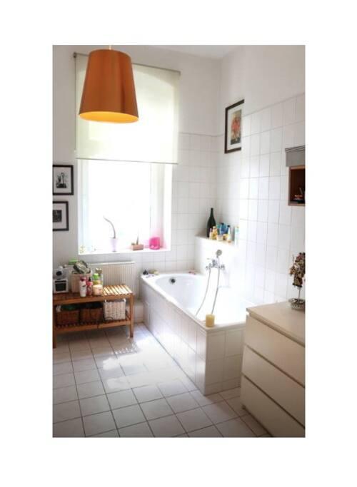 großes helles Badezimmer mit Badewanne