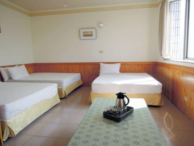 景觀六人房三大床,過一天他鄉的生活 ! 綿延山路上有我們提供溫馨的家。