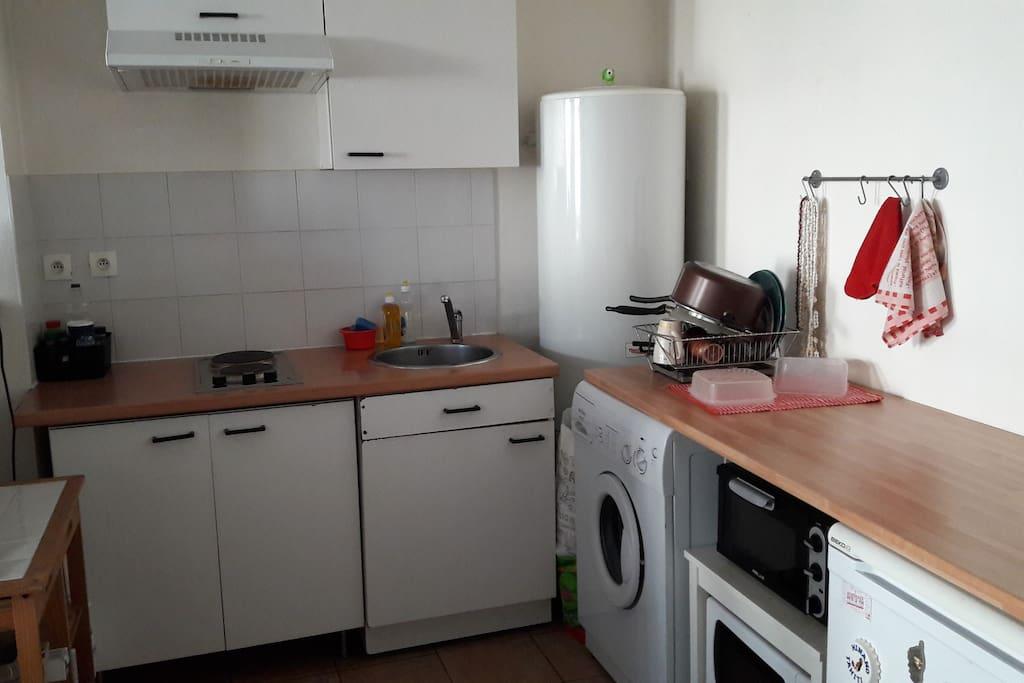 Cuisine équipée (2 plaques de cuisson, four, micro onde, réfrigérateur, vaisselle, machine à laver)