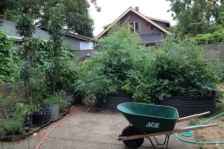 Peaceful Urban Farm in SE Portland - House